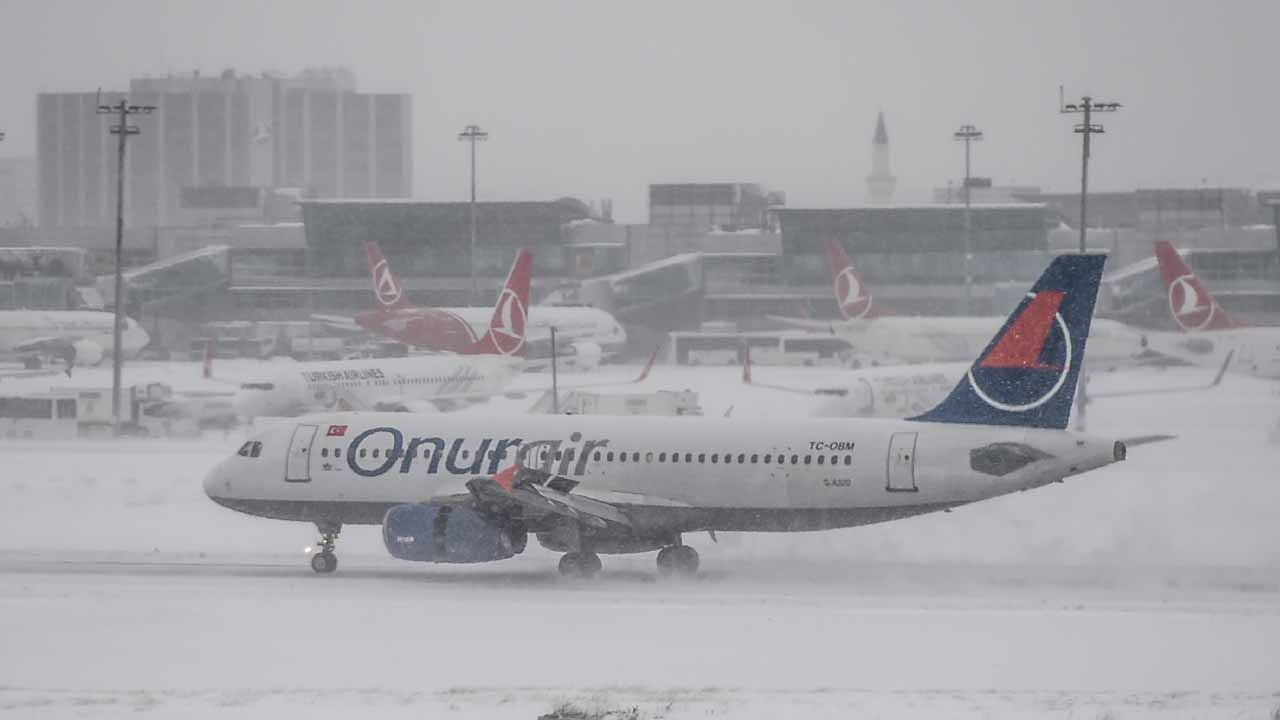 A plane lands at Ataturk international airport during snowfalls in Istanbul on January 7, 2017. Several airlines cancelled dozens of flights from Istanbul's Ataturk and Sabiha Gokçen airports due to poor weather condition in the city, according to local media. OZAN KOSE / AFP
