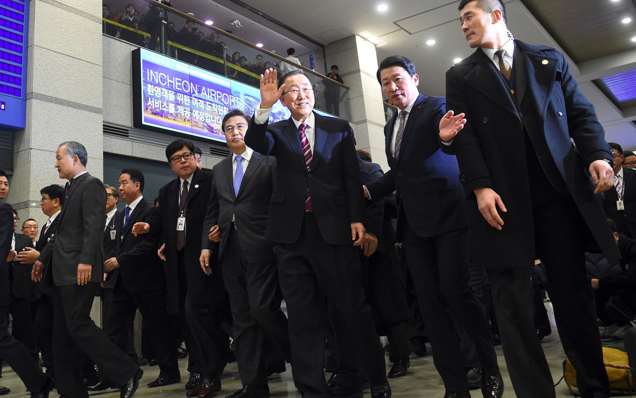 Former UN secretary-general Ban Ki-moon (C) waves as he arrives at the Incheon International Airport, west of Seoul, on January 12, 2017. Retired UN Secretary General Ban Ki-Moon returned to South Korea on January 12 after strongly hinting that he would run in the next presidential elections to succeed impeached President Park Geun-Hye. / AFP PHOTO / JUNG Yeon-Je