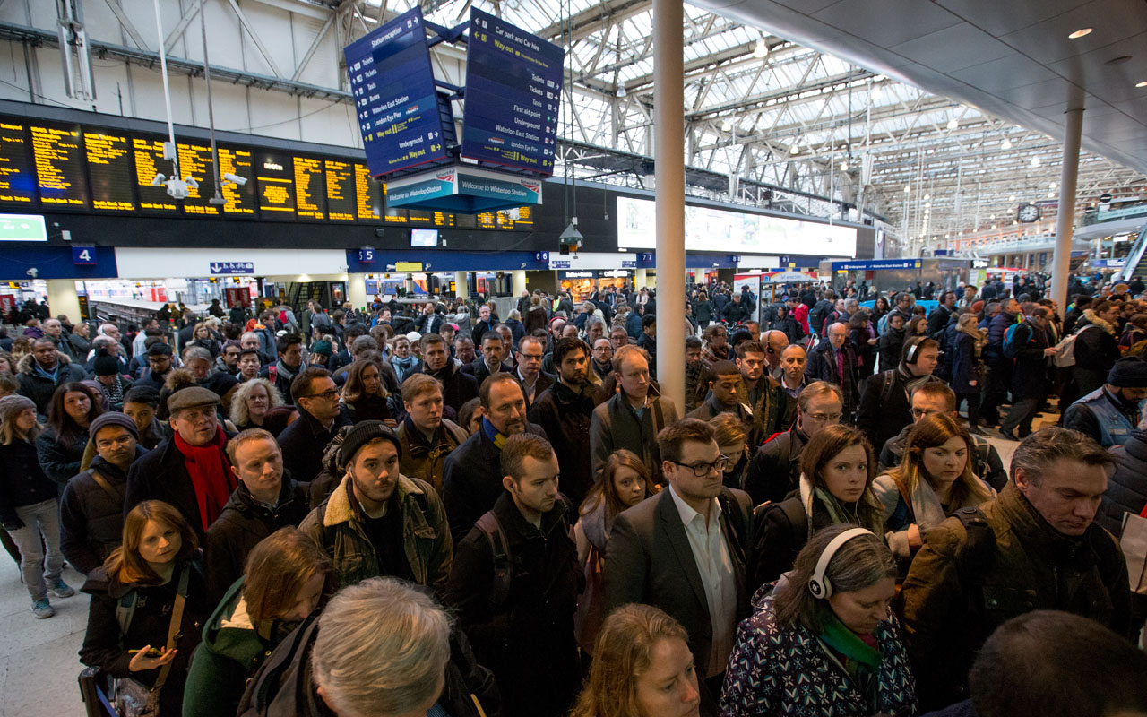 Commuters walk through London Waterloo station in London on January 10, 2017 after strike action by Southern Rail caused another morning of travel disruption in the British captial. Commuters heading into London were hit by another strike on Southern rail, which caused virtually all services between the southern English coast and the capital to be cancelled. The strike, which has the backing of opposition Labour leader Jeremy Corbyn, will continue into Wednesday and resume on Friday, while further action is also planned for three days later in the month. / AFP PHOTO / Daniel LEAL-OLIVAS