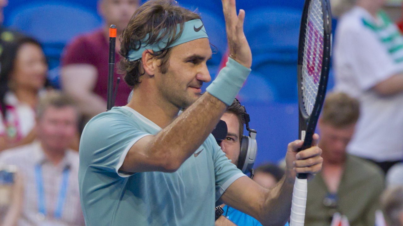 Roger Federer of Switzerland acknowledges the spectators after defeating Dan Evans of Britain in their fourth session men's singles match on day two of the Hopman Cup tennis tournament in Perth on January 2, 2017. / AFP PHOTO / TONY ASHBY