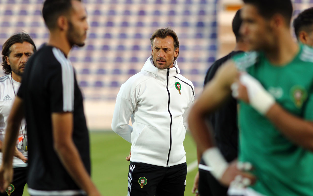 (FILES) This file photo taken on January 5, 2017 shows Morocco's French head coach Herve Renard (C) attending a training session with his players at the Sheikh Tahnoun Bin Mohammed Stadium in Al Ain, as part of the preparations ahead of the African Cup of Nations. / AFP PHOTO / NEZAR BALOUT
