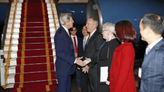 US Secretary of State John Kerry(L) is greeted by US Ambassador to Vietnam Ted Osius, center, and others, as he arrives at the Hanoi Airport on January 12, 2017 in Hanoi, Vietnam.  / AFP PHOTO / Pool / Alex Brandon