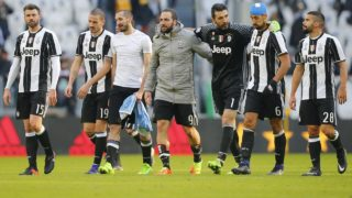 Juventus' players celebrate after winning the Italian Serie A football match Juventus versus Lazio on January 22, 2017 at the 'Juventus Stadium' in Turin.  MARCO BERTORELLO / AFP