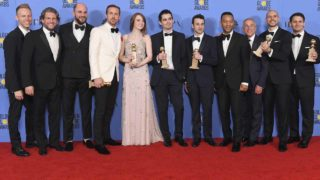 BEVERLY HILLS, CA - JANUARY 08: Cast and crew of 'La La Land,' winners of Best Motion Picture - Musical or Comedy, pose in the press room during the 74th Annual Golden Globe Awards at The Beverly Hilton Hotel on January 8, 2017 in Beverly Hills, California. Kevin Winter/Getty Images/AFP  KEVIN WINTER / GETTY IMAGES NORTH AMERICA / AFP