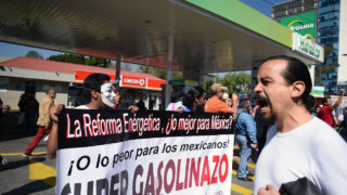 Demonstrators protest the rise in fuel prices in Mexico City on January 2, 2017.  On January 1, 2017 fuel prices in Mexico went up 20.1% for gasoline and 16.5% for diesel, the Ministry of Finance announced. / AFP PHOTO / ALFREDO ESTRELLA