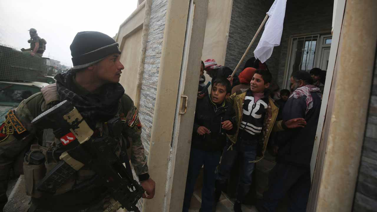 Iraqi forces evacuate civilians fleeing Mosul's eastern Al-Intisar neighbourhood on December 31, 2016, during a military operation against Islamic State (IS) group jihadists. AHMAD AL-RUBAYE / AFP