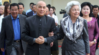 Cambodia's King Norodom Sihamoni and his mother former queen Monique (center R) walk as Cambodia's Prime Minister Hun Sen (L) and his wife Bun Rany (R) accompany them at the railway station in Phnom Penh on December 30, 2016.  Cambodian King Norodom Sihamoni took the train from Phnom Penh to Sihanoukville for the first time to celebrate the upcoming New Year. / AFP PHOTO / TEP SONY