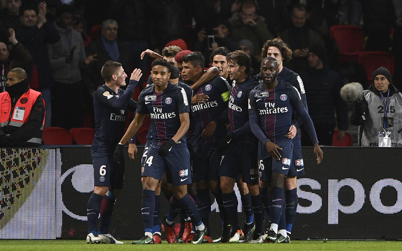 Paris Saint-Germain's players jubilate after a goal during the French League Cup quarter-final football match between Paris Saint-Germain (PSG) and Metz, on January 11, 2017 at the Parc des Princes stadium in Paris. / AFP PHOTO / MARTIN BUREAU