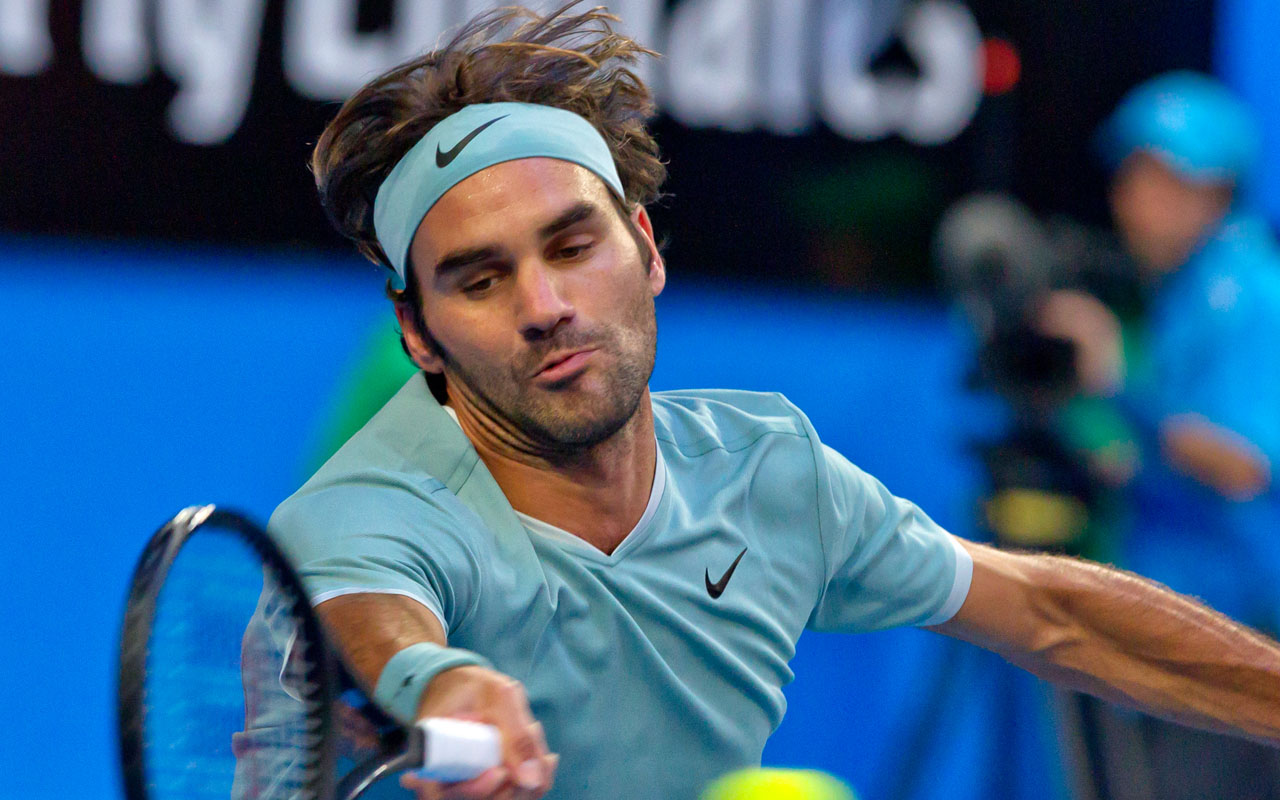 Roger Federer of Switzerland hits a return against Richard Gasquet of France during their twelth session men's singles match on day six of the Hopman Cup tennis tournament in Perth on January 6, 2017. / AFP PHOTO /