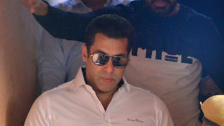 Indian Bollywood actor Salman Khan (C) walks with officials as he leaves after a court appearance in Jodhpur on January 18, 2017.      An Indian court has acquitted Bollywood superstar Salman Khan of using unlicensed firearms to kill protected wildlife almost two decades ago, a lawyer said. Khan, 51, has now been acquitted in three out of four cases filed against him for hunting rare black bucks while he was shooting a film in the northwestern state of Rajasthan in 1998.  / AFP PHOTO / STR