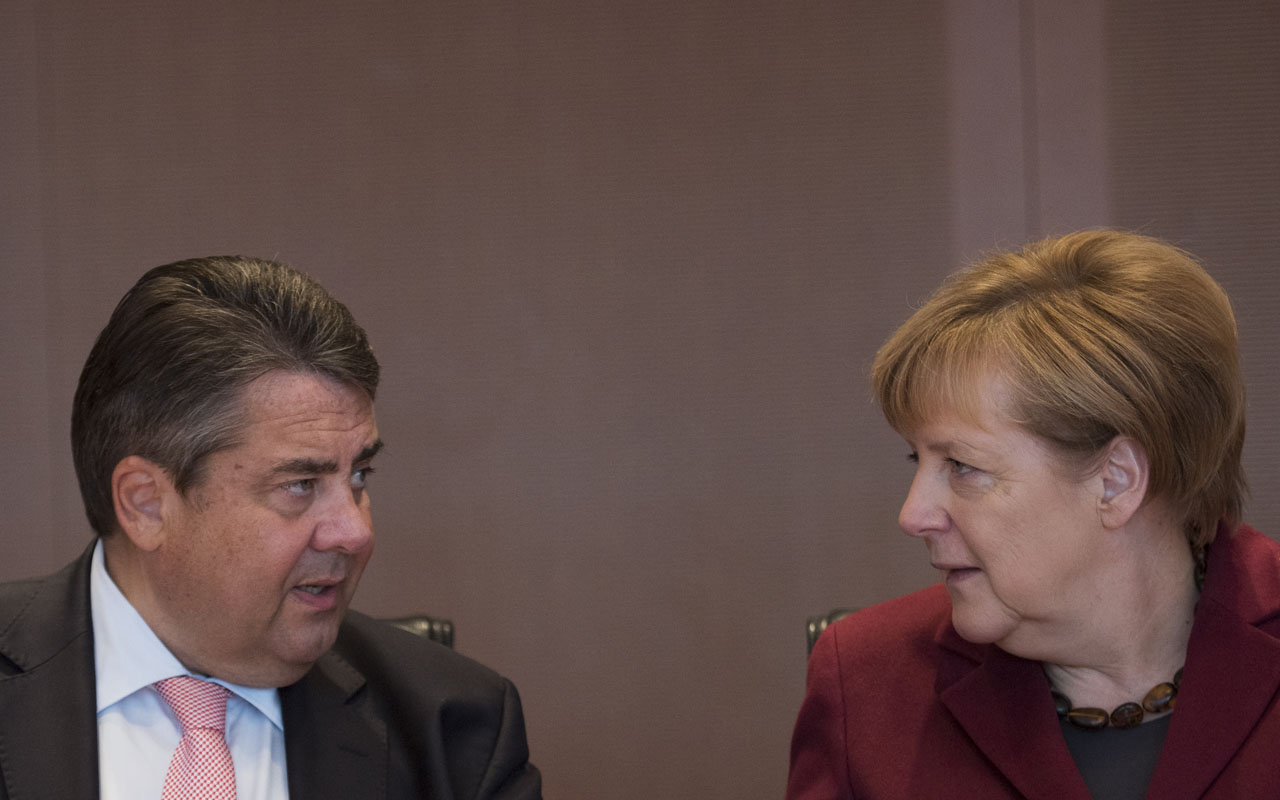 (FILES) This file photo taken on October 19, 2016 shows German Chancellor Angela Merkel (R) and German Vice Chancellor, Economy and Energy Minister Sigmar Gabriel attending the German government's weekly cabinet meeting at the Chancellery in Berlin. The German Vice Chancellor, Economy and Energy Minister Sigmar Gabriel has decided to run for the candidacy as German chancellor, German tabloid BILD announced on January 10, 2017 quoting sources of the SPD. / AFP PHOTO / STEFFI LOOS