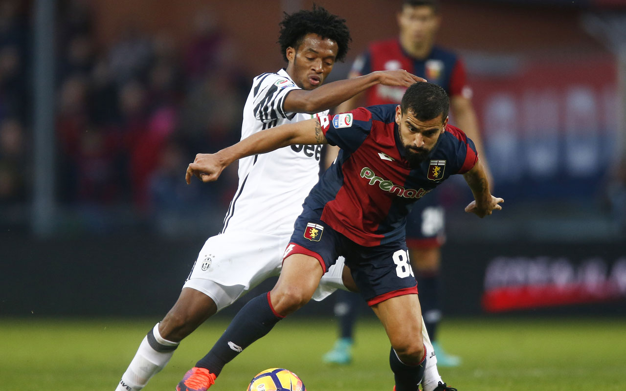 Juventus' Colombian midfielder Juan Cuadrado (L) and Genoa's Venezuelan midfielder Tomas Rincon during the Italian Serie A football match between Genoa and Juventus on November 27, 2016 at the 'Luigi Ferraris' stadium in Genoa. Venezuelan international Tomas Rincon was officially transferred to Juventus Turin, the Torino club said on January 3, 2017. Juventus announced in a statement the transfer for eight million euros, which can be increased by one million euros. / AFP PHOTO / MARCO BERTORELLO