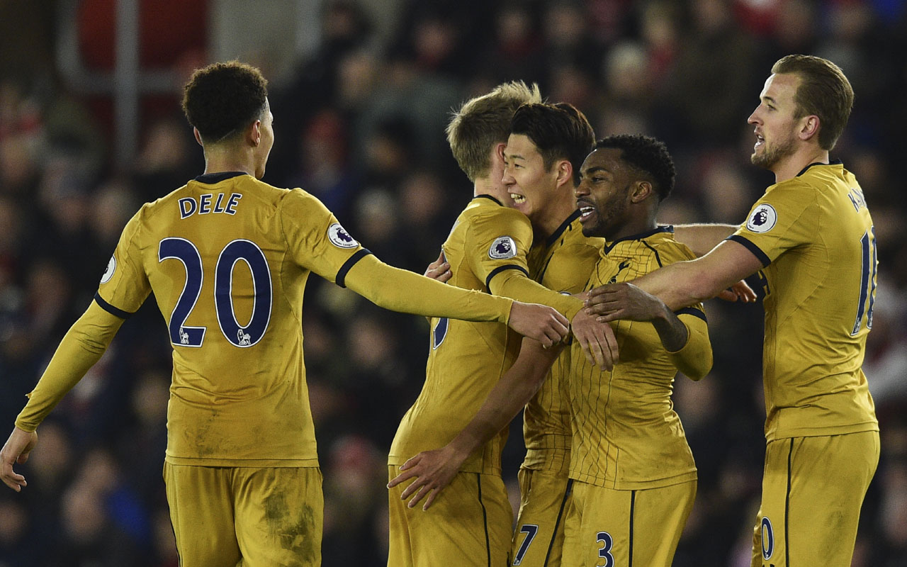 Tottenham Hotspur's South Korean striker Son Heung-Min (C) celebrates with teammates after scoring their third goal during the English Premier League football match between Southampton and Tottenham Hotspur at St Mary's Stadium in Southampton, southern England on December 28, 2016. / AFP PHOTO / Glyn KIRK /