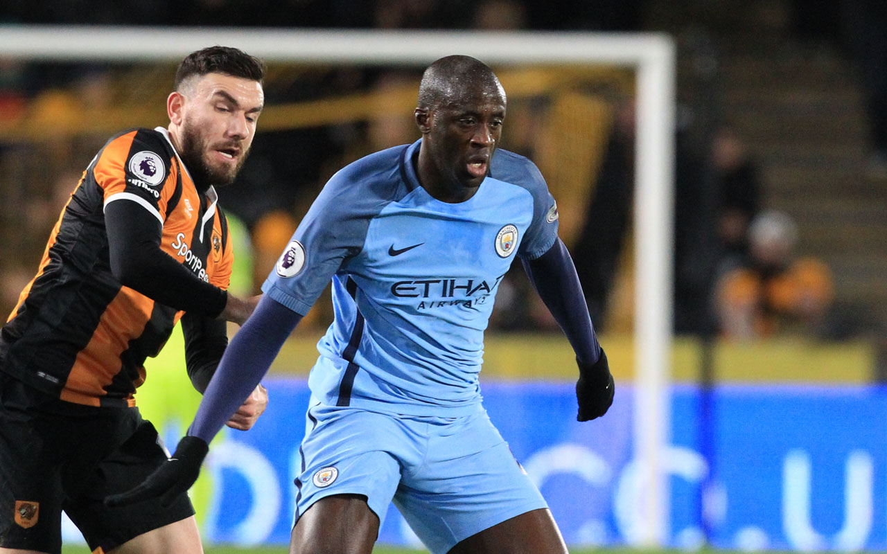 Hull City's Scottish midfielder Robert Snodgrass (L) vies with Manchester City's Ivorian midfielder Yaya Toure during the English Premier League football match between Hull City and Manchester City at the KCOM Stadium in Kingston upon Hull, north east England on December 26, 2016. / AFP PHOTO / Lindsey PARNABY /