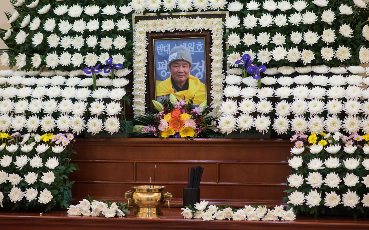 An altar to buddhist monk Jung Won is displayed at a hospital in Seoul on January 10, 2017. A South Korean Buddhist monk who set himself on fire in protest against the impeached President Park Geun-Hye has died, officials said. The monk, 64, set himself alight on January 7 in central Seoul, where hundreds of thousands held a massive rally for the 11th week to demand Park's immediate removal. / AFP PHOTO / Ed JONES