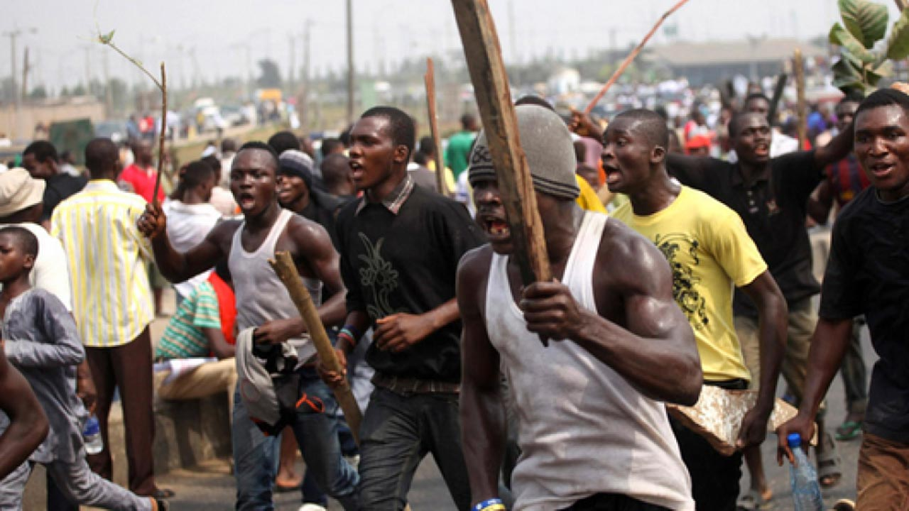 In a renewed communal clash between the people of Ikot Offiong and Oku Iboku in Cross River and Akwa Ibom states, no fewer than five persons are said to have lost their lives and several others injured.