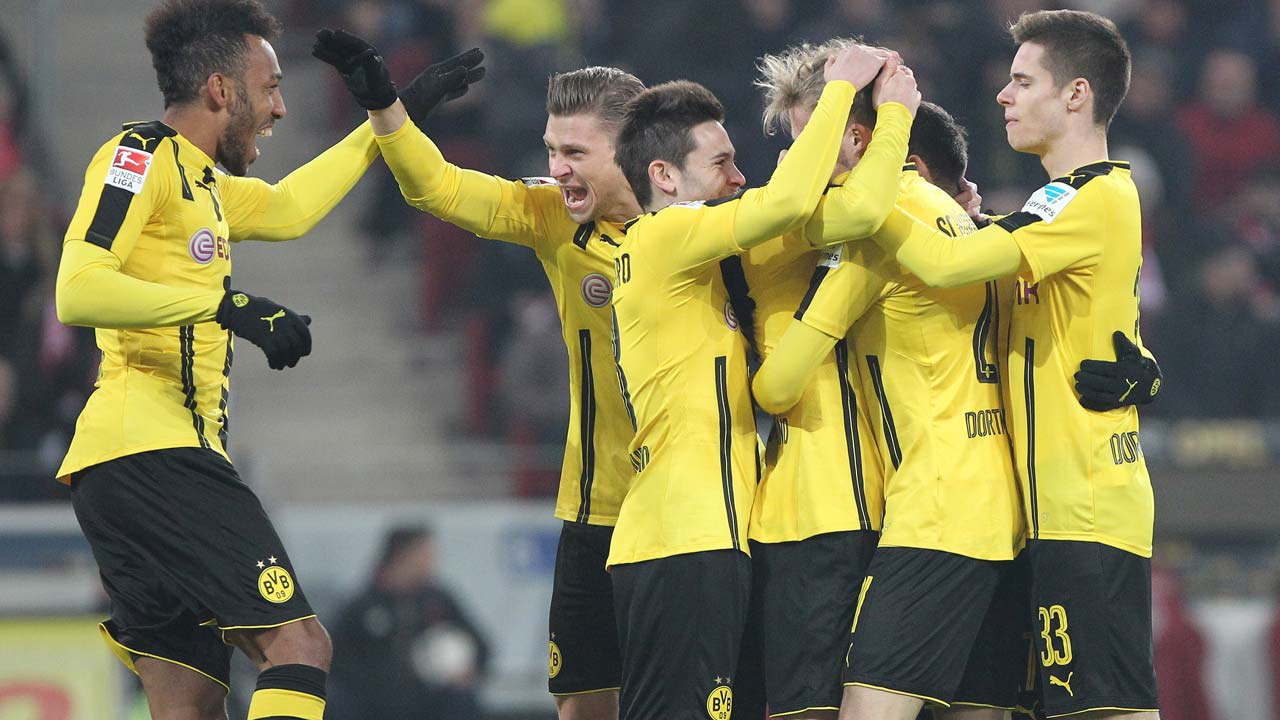 Dortmund's players celebrate scoring the 1-0 during the German first division Bundesliga football match between FSV Mainz 05 and Borussia Dortmund in Mainz, central Germany, on January 29, 2017.  Daniel ROLAND / AFP