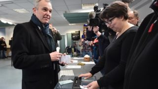 "Founder of the new Ecology party ""ecologistes!"" (environmentalists) and candidate for the left-wing primaries, François de Rugy (L), looks on before casting his ballot at a polling station during the first round of the left-wing primary for the 2017 French presidential election, on January 22, 2017 in Nantes, western France.  JEAN-SEBASTIEN EVRARD / AFP"