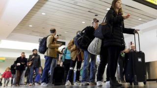 A nationwide collapse of the US customs service computer system left thousands of passengers lined up at airports awaiting clearance to officially enter the country, the authorities and US media said Monday.
