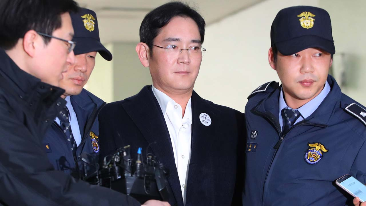 Arrested Samsung heir appears handcuffed for questioning