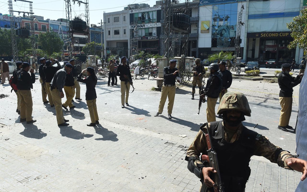 5 dead, 30 injured in bomb attack in Lahore