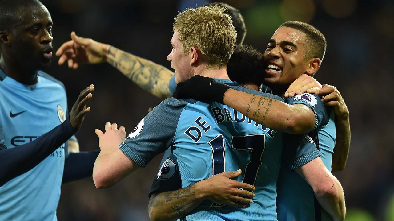 Manchester City's Brazilian striker Gabriel Jesus (R) celebrates scoring his team's third goal with Manchester City's Belgian midfielder Kevin De Bruyne during the English Premier League football match between West Ham United and Manchester City at The London Stadium, in east London on February 1, 2017. Glyn KIRK / AFP